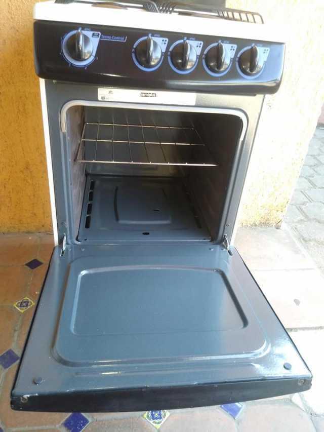 Bonita estufa marca IEM 4 quemadores y horno todo le funciona bien