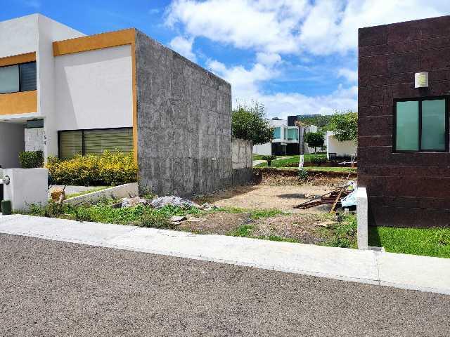 En venta el mejor terreno del fraccionamiento de mayor plusvalía de Ciudad Tres Marías, Paseo del Parque,