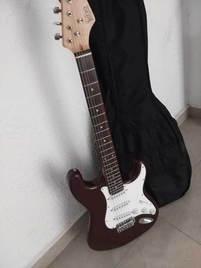 Vendo guitarra electrica practicamente nueva